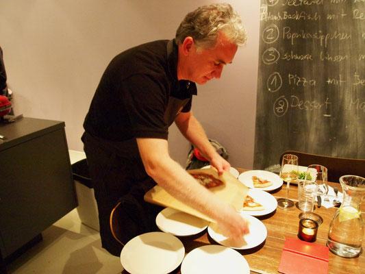 Göran backt eine Pizza selbst