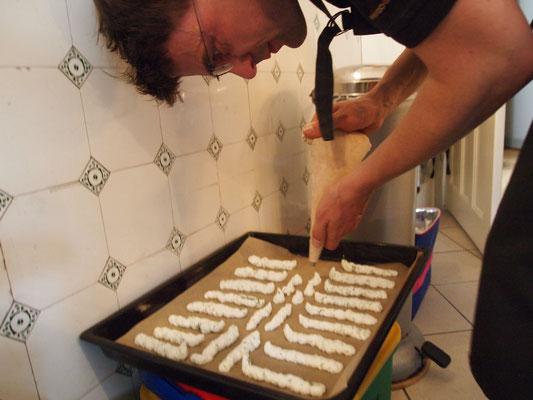 die Beilage für die Gurkenkaltschale ist ein Eiweißschaum, der im Ofen ausgebacken wird