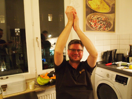 """Grischa sagt """"hoch die Hände, Wochenende!"""""""