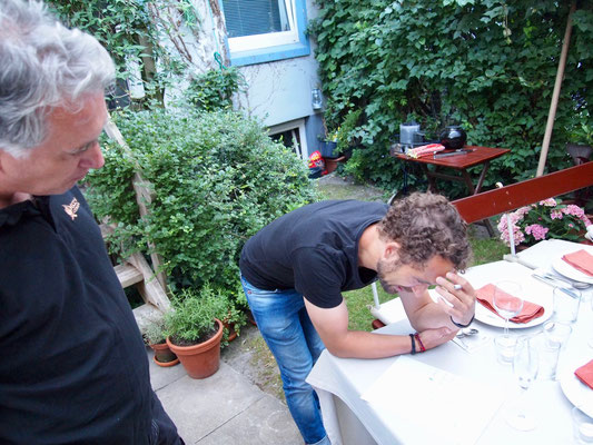Fabian brütet über dem Kochplan