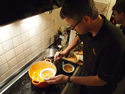 Grischa hat in der Zwischenzeit seine Bouillabaisse zubereitet