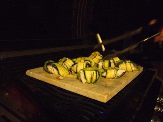 Gehalten werden die Zucchini mit einem Faden