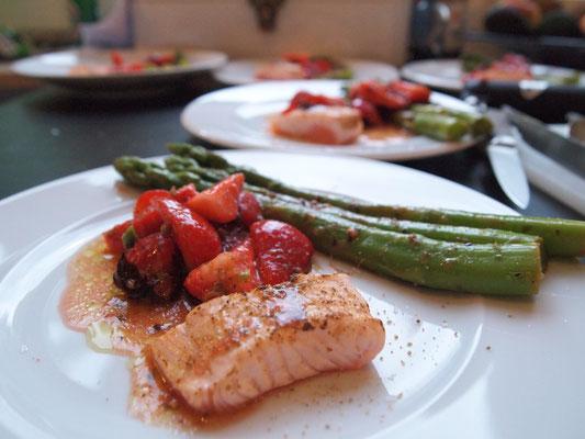 grüner Spargel, Erdbeeren, grüner Pfeffer und Lachs
