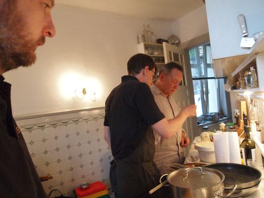 in der Küche wird gefachsimpelt