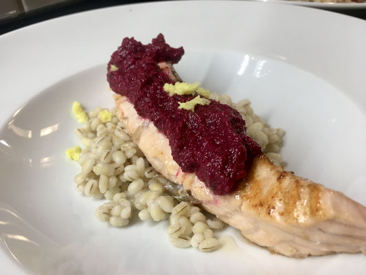 Lachsfilet auf Graupenrisotto mit Rote Bete Pesto by Gastgeber Marco