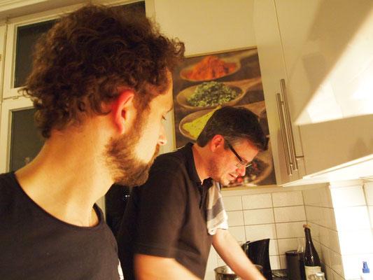 Fabian und Grischa waschen ab