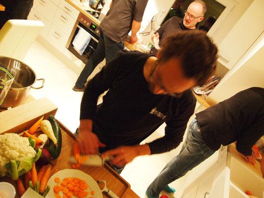 Fabian schnibbelt das Gemüse