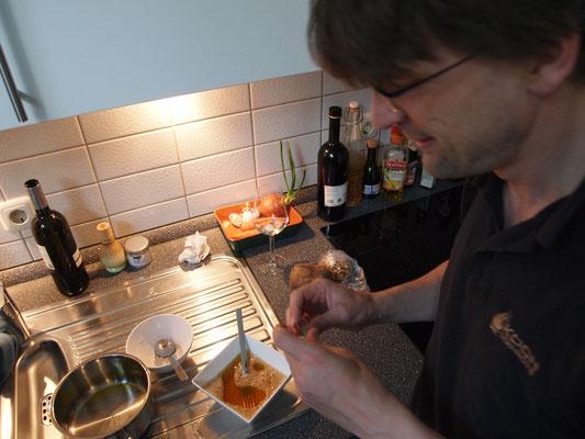 Marcel bereitet seine Creme Brulée vor