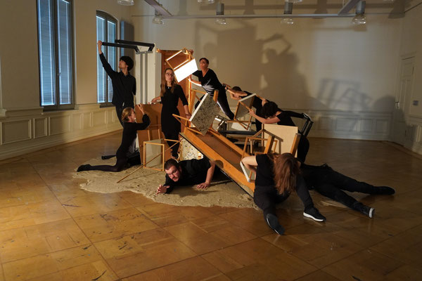 "Performance ""temporary"", conceptualized at the performance workshop by Nezaket Ekici, photo: Volker Pesch"
