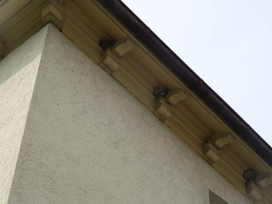 Am 1. Balken ein Nest zu 75 Prozent fertig, am 2. Schwalbe beim Bauen