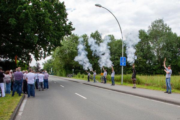 """Die Zeremonie wurde """"lautstark"""" begleitet von den Böllerschützen der Kanonierabteilung des Vereins."""