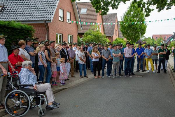 Zahlreichen Besucher hatten sich an der Stromberger Straße versammelt, um die Kranzniederlegung am Ehrenmal bei Selhorst zu verfolgen.