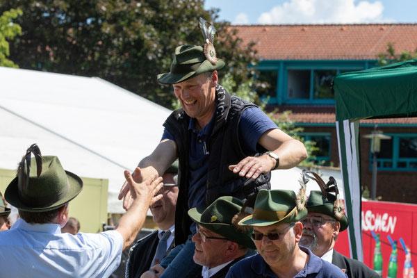 """In einem spannenden und fairen Wettkampf unter der Vogelstange konnte sich Reinhard Ottensmann seinen Traum """"Schützenkönig 2019/2020"""" erfüllen."""