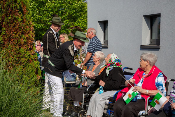 Die Bewohner freuten sich sichtlich über den Besuch der zahlreichen Schützen an der Einrichtung.