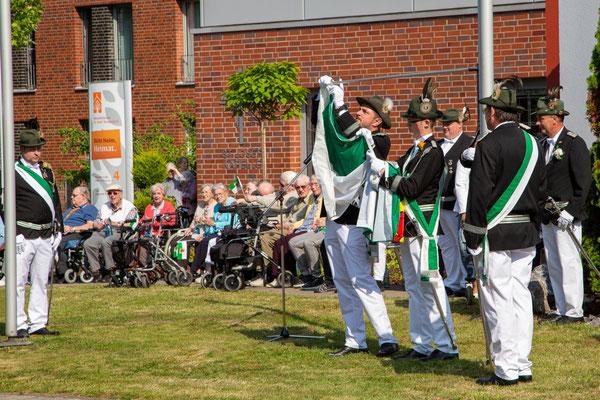 Ebenfalls unter musikalischen Klängen wurde die traditionelle Fahnenhissung an der Diestedder Straße durch die Fahnenkompanie des Vereins vorgenommen