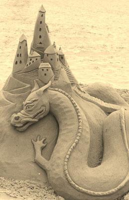 Dragon et château -sculpture sur sable, Palavas-les-Flots, Manon Cherpe
