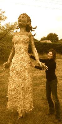 Petite fille, poupée géante, sculpture en paille et foin, 3m de haut, Foire du Dauphiné 2019, Romans sur Isère - Manon cherpe