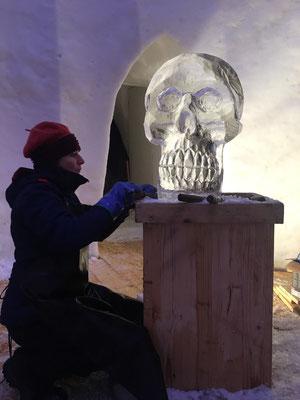 Tête de mort - Sculpture sur glace - Val d'Isère - Manon Cherpe