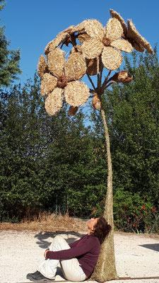 Fleur géante, sculpture en paille et foin, 3,2m de haut, Foire du Dauphiné 2019, Romans sur Isère - Manon cherpe