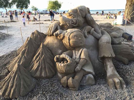 Le petit chaperon rouge et le grand méchant loup, sculpture sur sable, Fête du sable Excenevex 2017, Manon Cherpe