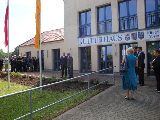 Präsident Bronislaw Komorowski wird von Joachim Gauck begrüßt