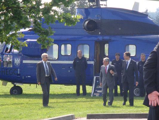 Der Bundespräsidenten Joachim Gauck landet am Kulturhaus