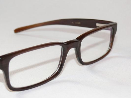 Dunkle Büffelhornbrille