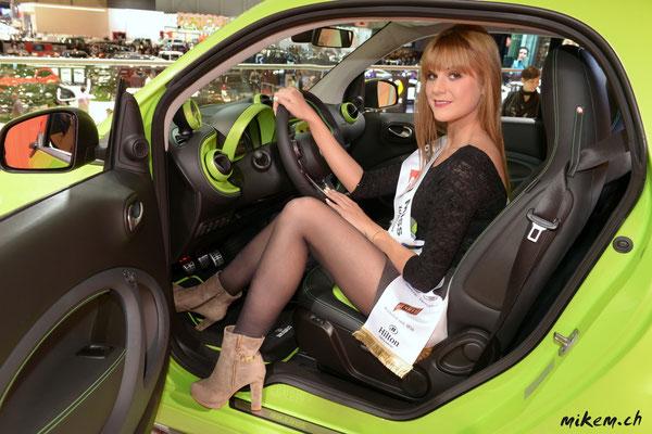 Sandra Meier mit einem Smart BRABUS