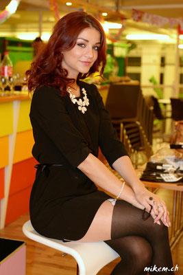 Die hübsche Visagistin Valérie Caminada bei der Pause