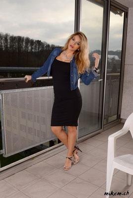 www.vivrepourinspirer.com in Jeans-Jacke und schwarzem Kleid