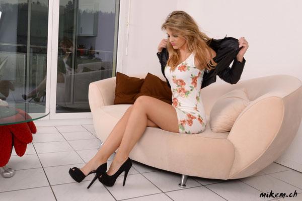 www.vivrepourinspirer.com in Leder-Jacke, kurzem Kleid und High Hells