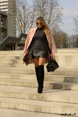 www.vivrepourinspirer.com hier im heissen Mini und Stiefel