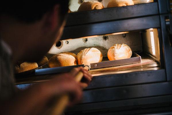 De broden zijn gaar en kunnen uit de oven gehaald worden...