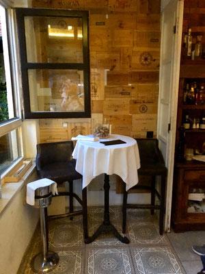 Kleiner Tisch am Eingang