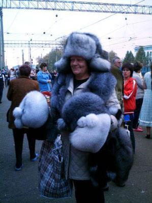 Une vendeuse de fourrure sur un quai de gare