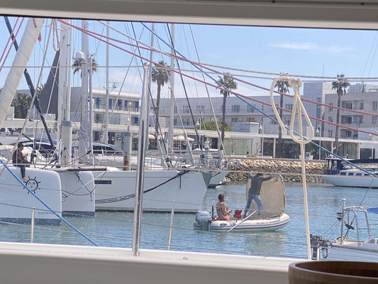 Yesterday the family was dinghy - sailing through the marina ...