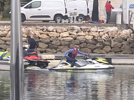 Since currently most boat movement in the marina is forbidden, the highlight of this week was the jet skies being moved ... of course wearing face masks ... very commendable :o)!!!