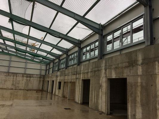 Ballsporthalle mit Fenstern