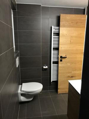 Bad mit WC und Durchgang zu begehbarer Regendusche