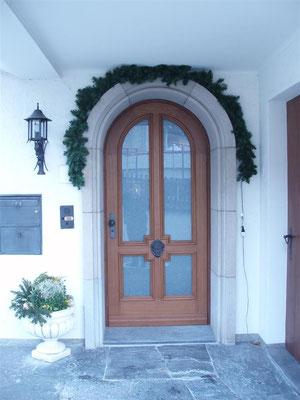 Haustüre mit Rundbogen und Glaselementen
