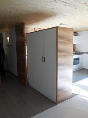 Freistehender Schrank zweiseitig zugänglich mit Ulmenholz