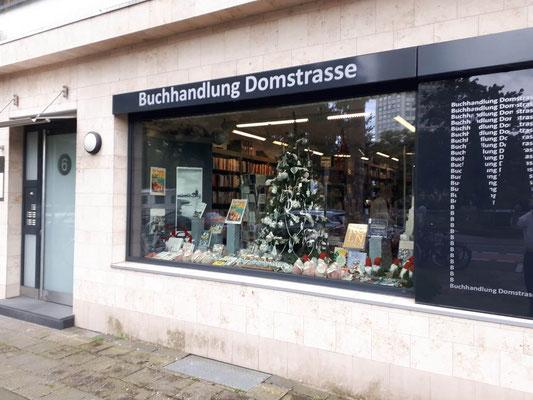 Buchhandlung Domstraße: Großes Schaufenster mit Weihnachtsdeko, zum Theodor-Heuss-Ring hin