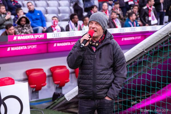 Der Stadionsprecher.