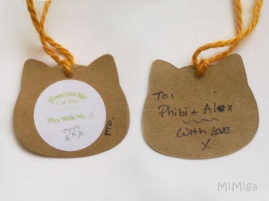 etiqueta-honeysuckle-cat-toys-dedicada-para-phibï-y-alex-roombito
