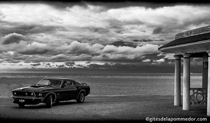 Tournage clip vidéo avec la Ford Mustang sur la plage de la côte fleurie en Normandie