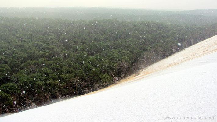 Des flocons sur le flanc Est de la dune