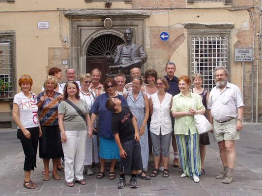 ... vor dem Puccini-Denkmal in Lucca ...