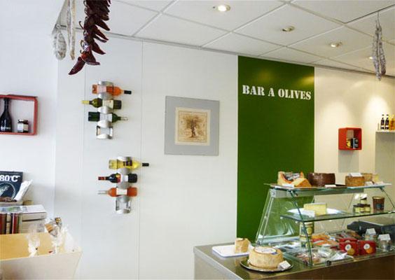 Décor de la boutique, le bar à olives - Le COMPTOIR du SUD-OUEST - Poitiers