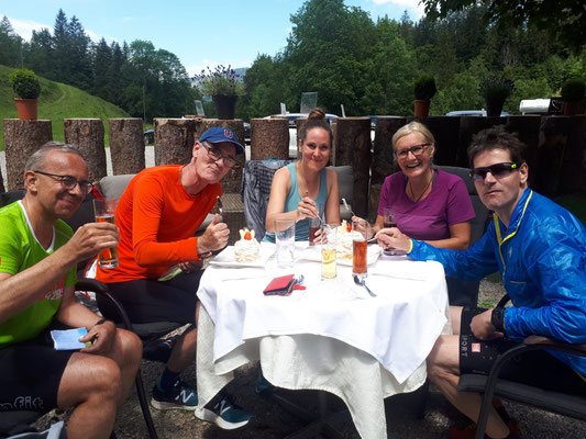 """Die """"27-km-Gruppe"""" gönnt sich einen Meringues-Halt im Kemmeribodenbad"""