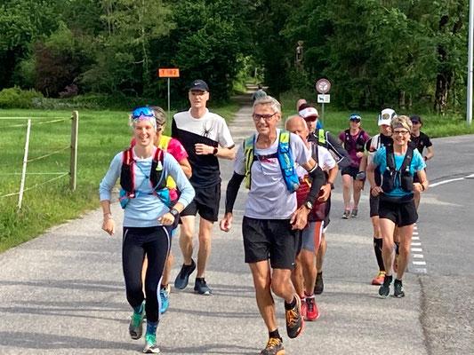 """Die """"Gruppe 1"""" mit Pacemaker Peter Camenzind (Rekordhalter 100km von Biel)"""